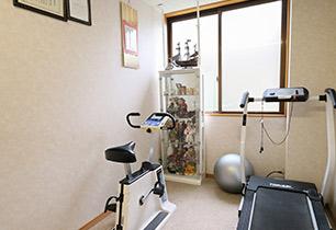 マッサージ室にはランニングマシーンやエアロバイクを完備。歩行練習などにご利用ください。