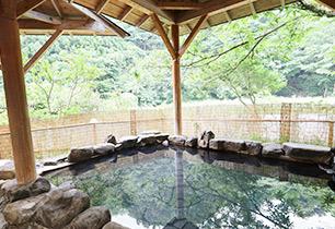 露天風呂からは塩原渓谷が見渡せます。季節の移ろいを感じながら温泉をお愉しみください