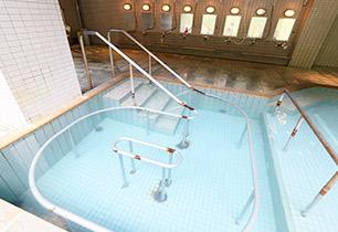 深さ約90cmの歩行湯。負担の少ないお湯の中でのウォーキングで健康づくり。